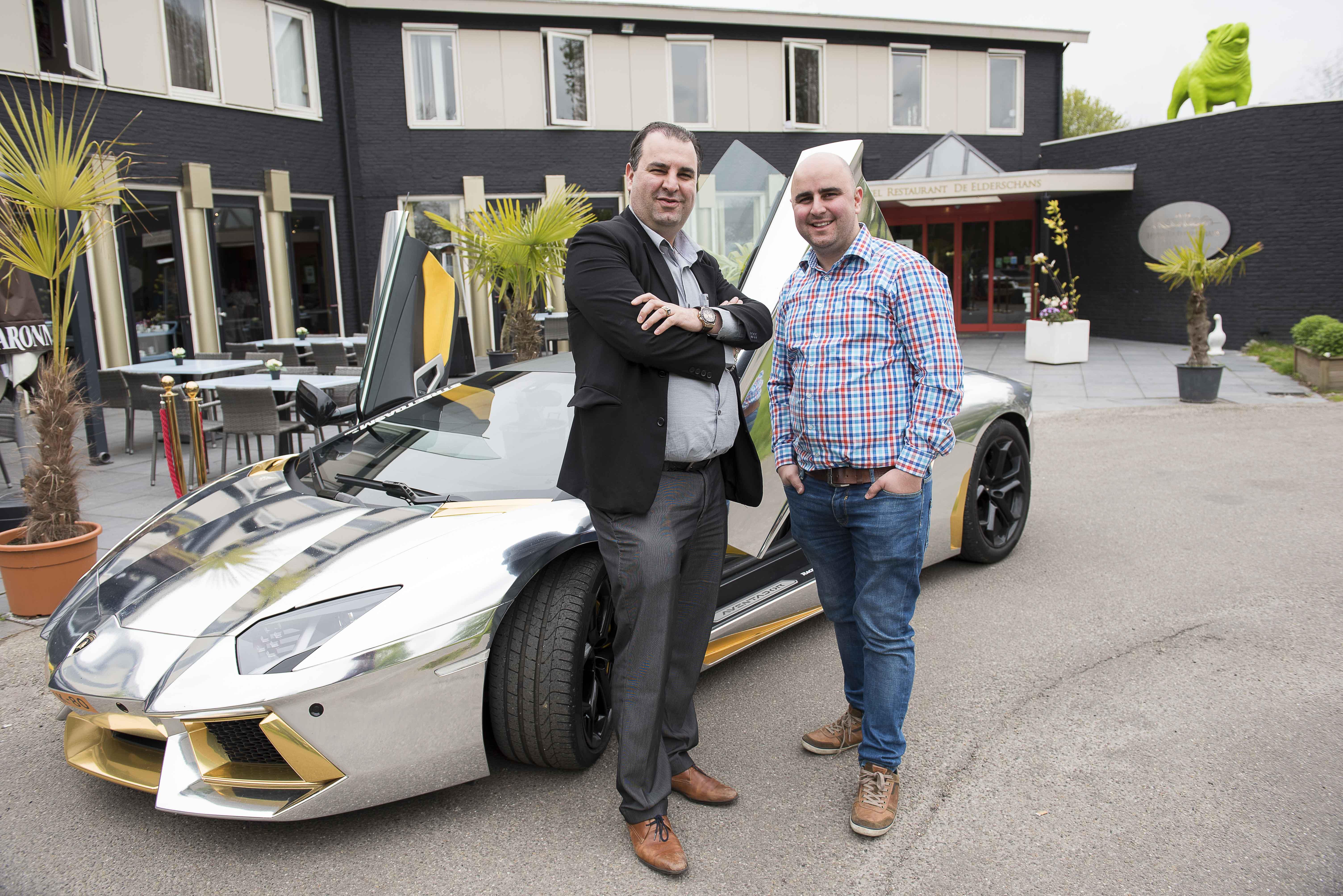 De Iraanse broers Azimi, Salar en Sasan (r), de nieuwe eigenaars van de Bredase partyboot. Hier poseren ze met hun Lamborghini voor hun hotel in Aardenburg