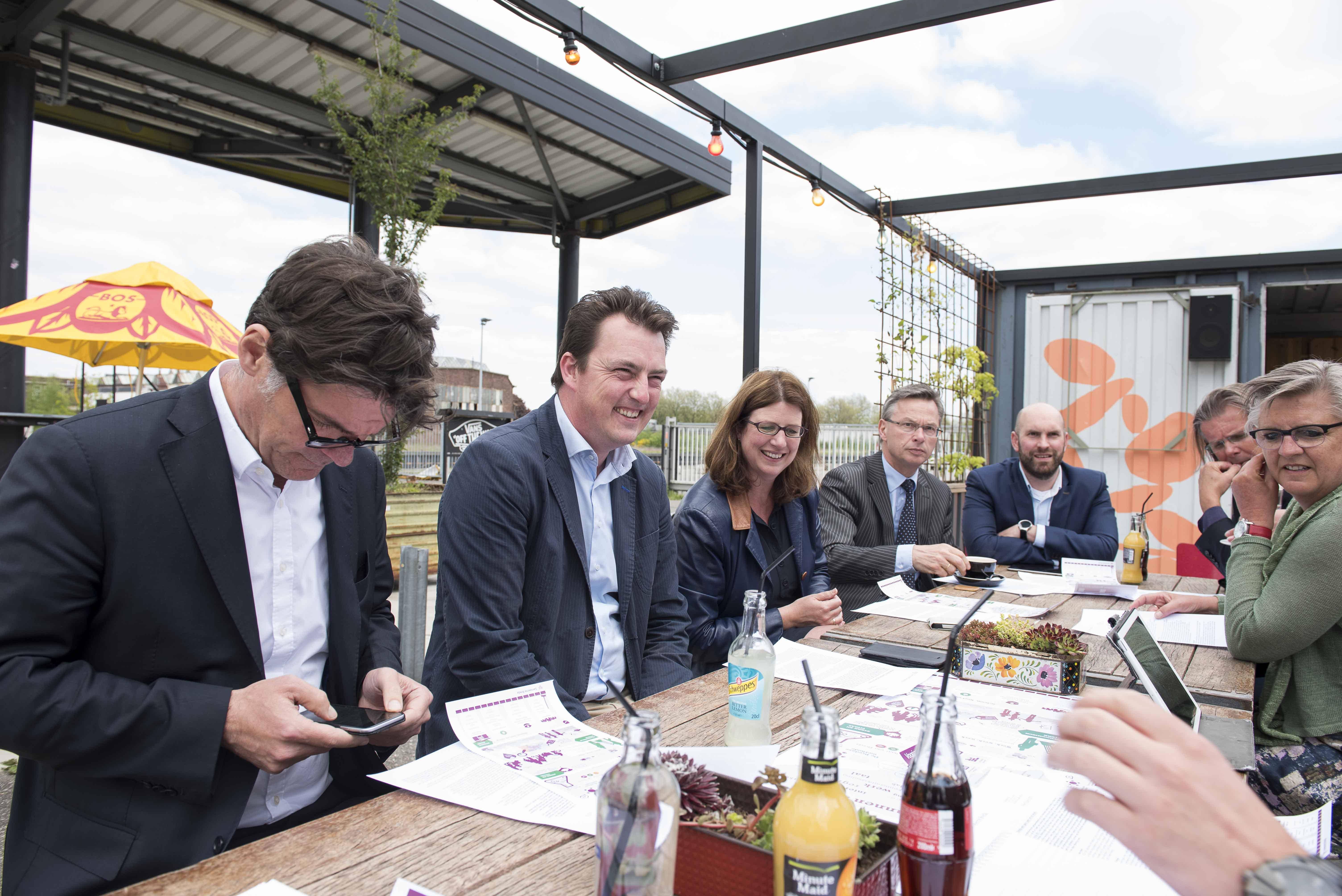 Burgemeester Depla en de wethouders De Beer, Haagh, Arbouw, Adank, Van Lunteren en De Bie (vlnr) presenteerden samen de Voorjaarsnota 2017.