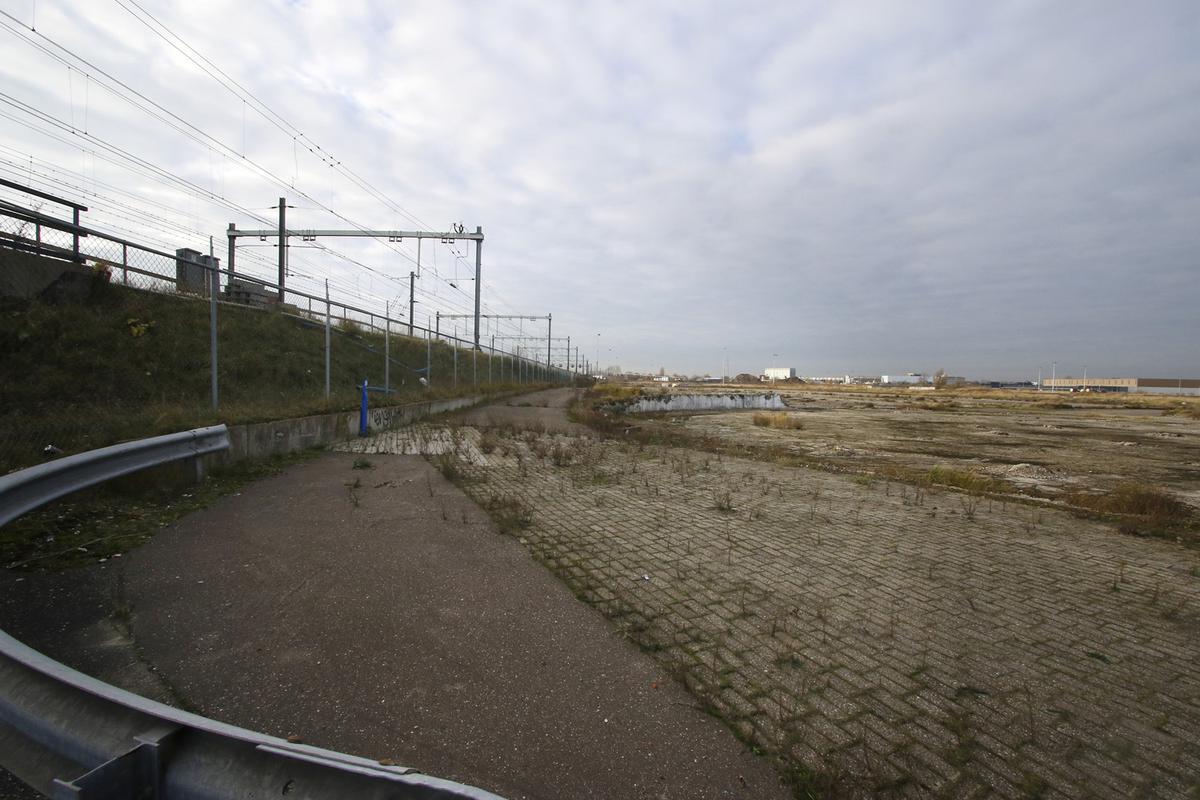 Het terrein van de voormalige suikerfabriek van CSM aan de Markkade. Sinds de sloop in 2009 ligt het terrein braak.