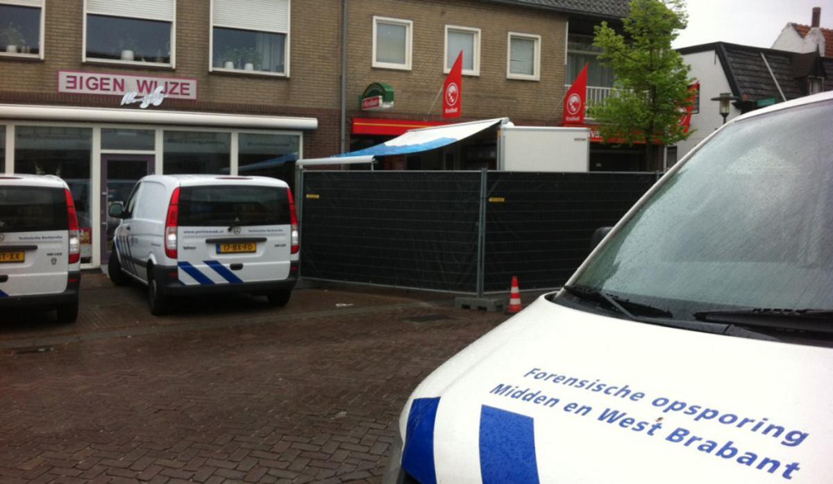 De politie onderzoekt de plaats in Ulvenhout waar in de nacht van maandag op disndag een dode man is gevonden. foto Serge Mouthaan