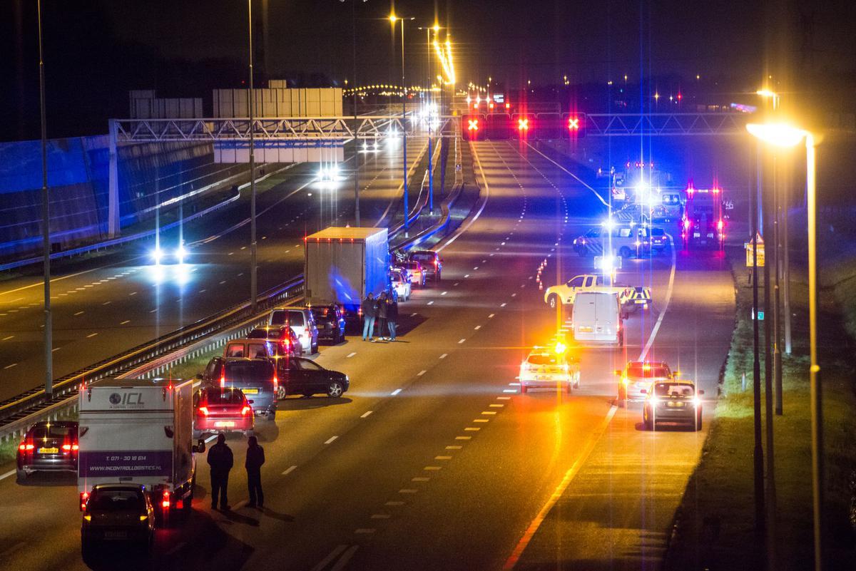 Bij een ongeval op de A16 bij Prinsenbeek is een 24-jarige man uit Dordrecht om het leven gekomen.