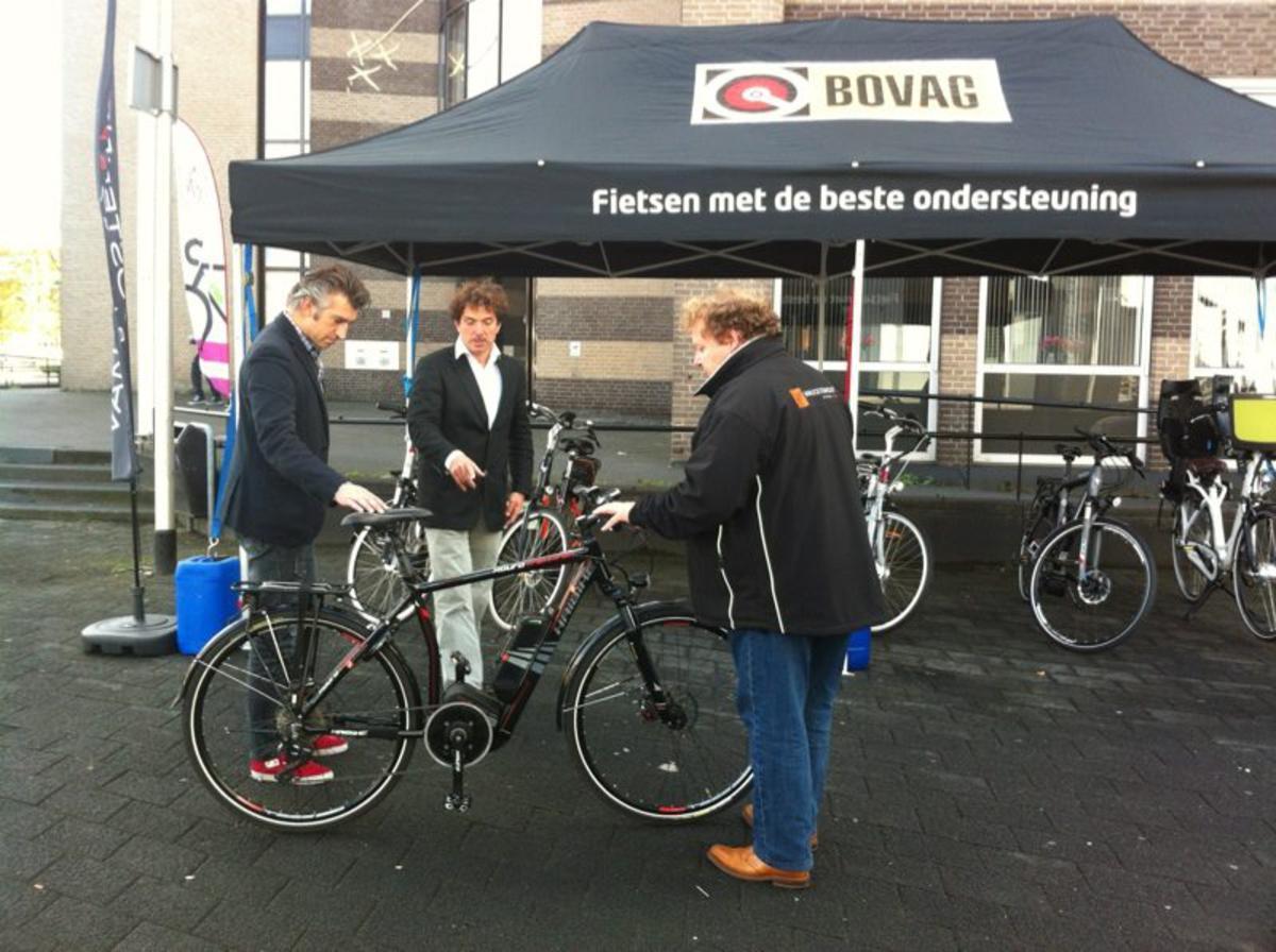 Wethouder Selcuk Akinci bewondert een e-fiets.
