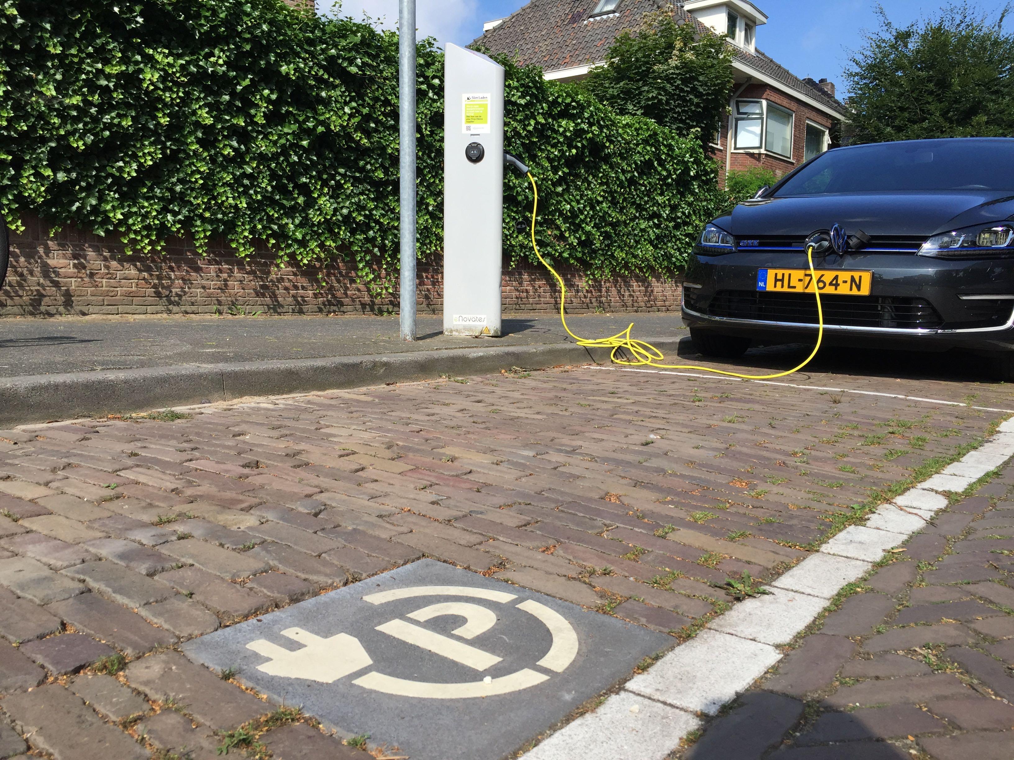 Laadpaal voor twee elektrische auto's in een zone voor betaald parkeren in Breda.