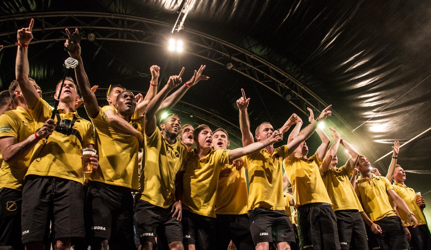 Een feestje bouwen, dat kun je aan Breda wel overlaten. Meer dan twintigduizend NAC-fans vierden de promotie op P5.