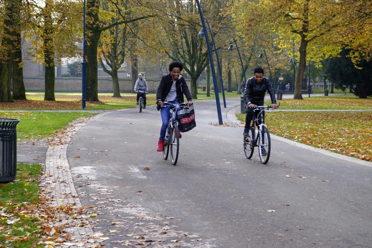 Fietsers in de Bredase binnenstad. Breda wil fietsen in het voetgangersgebied legaliseren.