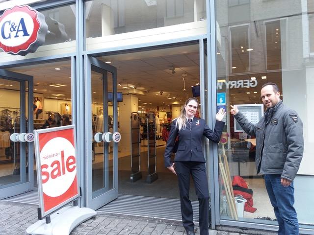 Chantal van Hoof (l) (beveiliger) en Sander van Breugel (r) (teamleider retail security) beiden van Trigion bij een winkel met de sticker van de Collectieve Winkelontzegging.