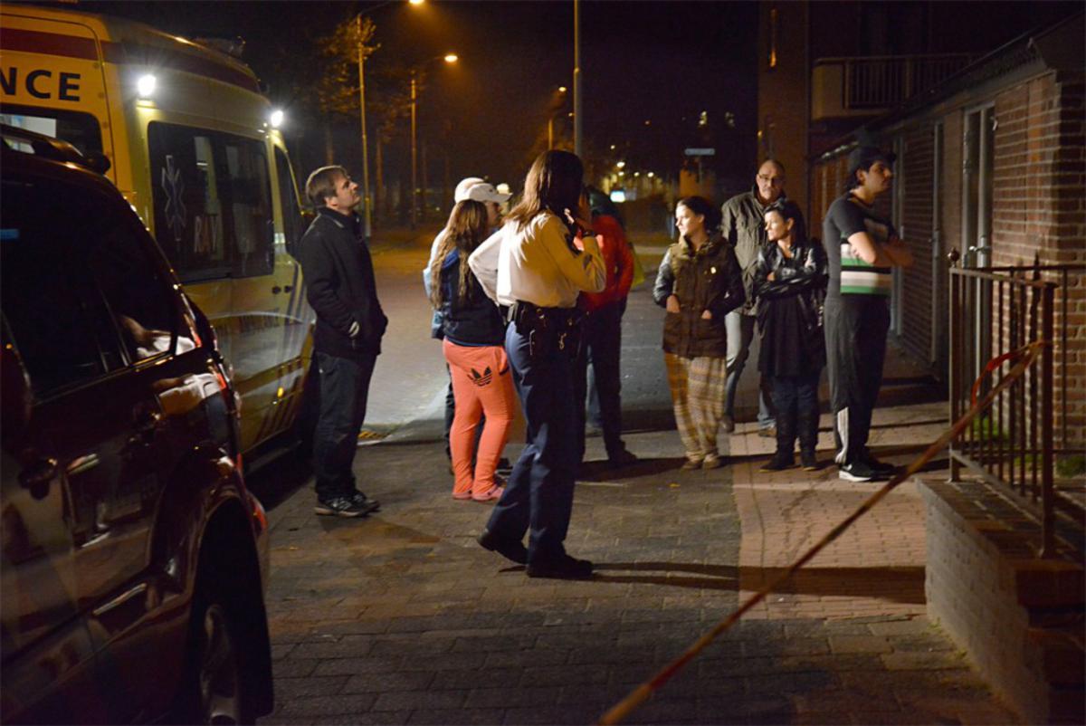 Vanwege een vreemde lucht werden acht woningen aan de Meester Stormstraat in de Heuvel maandagavond ontruimd. foto Perry Roove