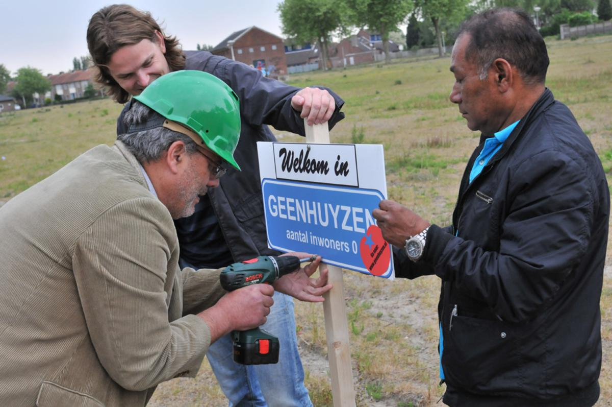 De SP en een aantal bewoners van de Driesprong vragen aandacht voor het uitblijven van woningen op de Driesprong. foto Perry Roovers