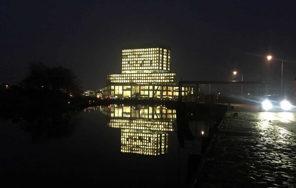 nieuwe gerechtsgebouw dag en nacht verlicht waarom