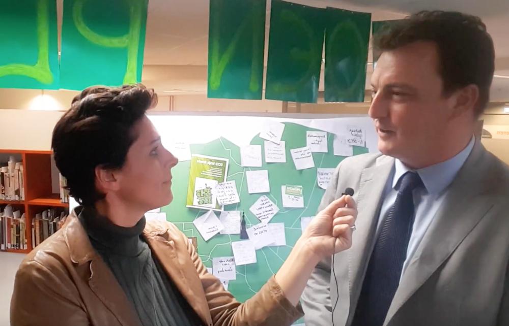 Stefanie Vermeulen van PakhuisB in gesprek met wethouder Paul de Beer.