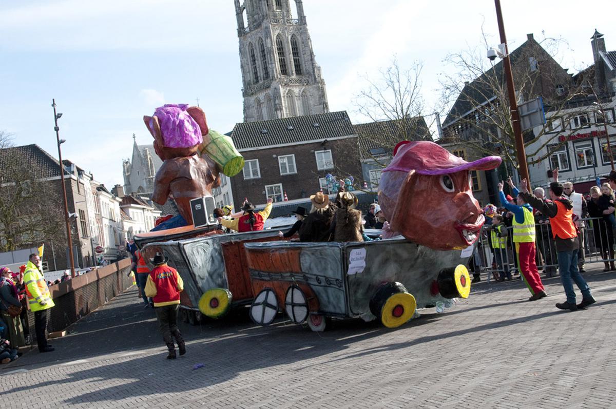 Een bonte stoet wagens trekt door het centrum van Breda. foto Perry Roovers