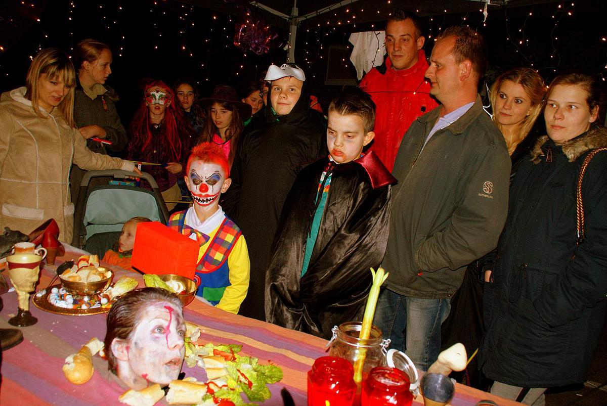 De Jonge Ondernemende Moeders (JOM) verzorgden vrijdagavond 30 oktober een geslaagde Halloweentocht in de Haagse Beemden.