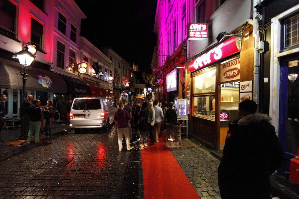 DJ Hardwell werd zondag verrast met de Cultuurprijs. En bouwde daarna een feestje in Café Janssen. foto Wijnand Nijs