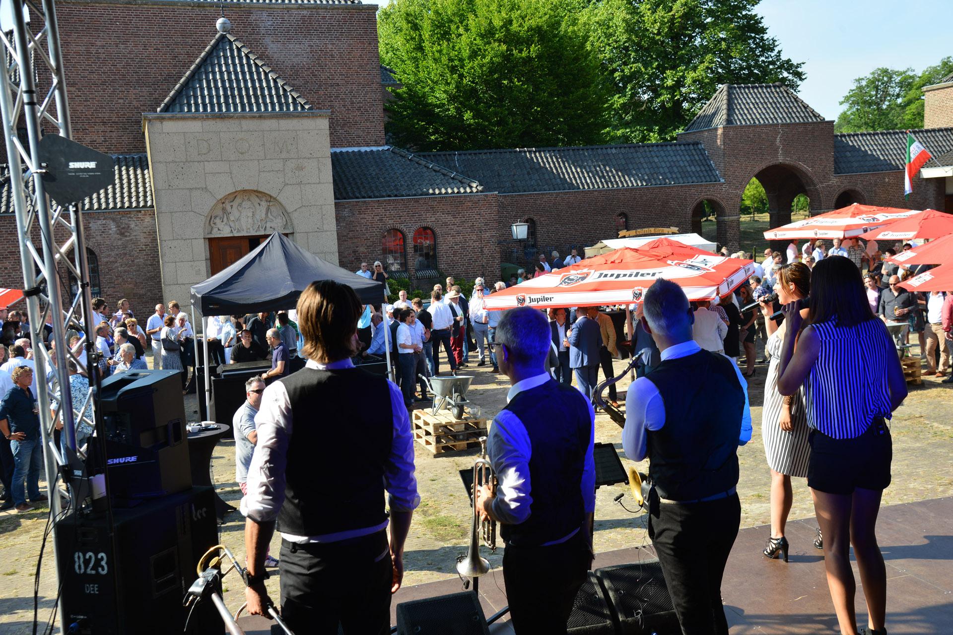 De haringparty bij De Klokkenberg, georganiseerd door Schonck, Schul en Compagnie.