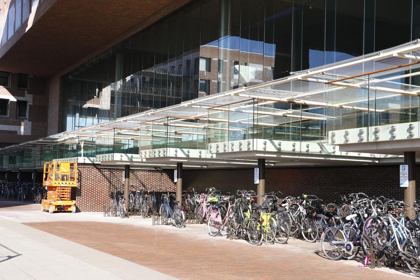 Prorail en gemeente Breda hebben hekken geplaatst om fietsparkeerders te beschermen tegen vallende stenen.