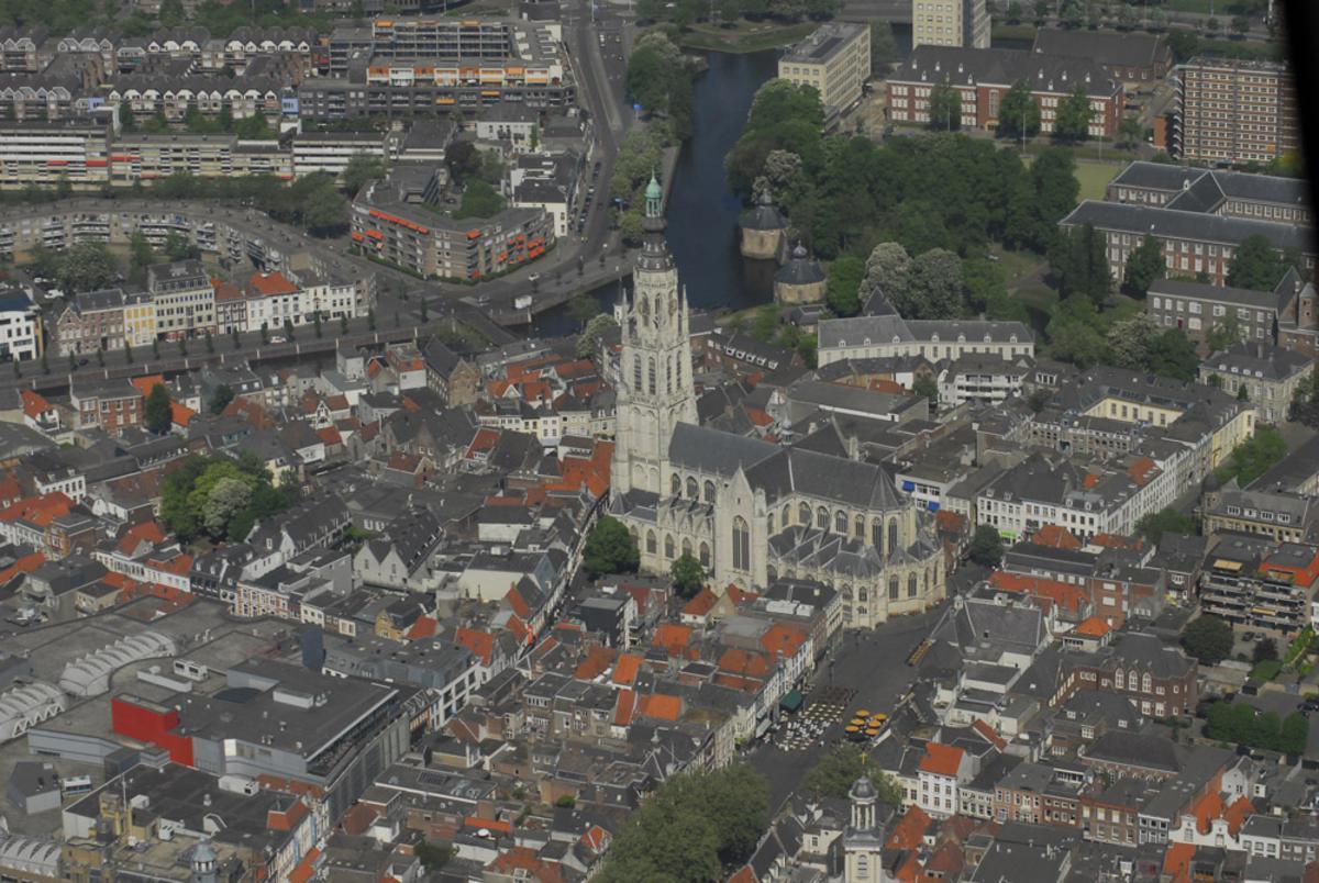 Rondvlucht op Tweede Paasdag boven Breda met Helicentre.nl. foto Wijnand Nijs