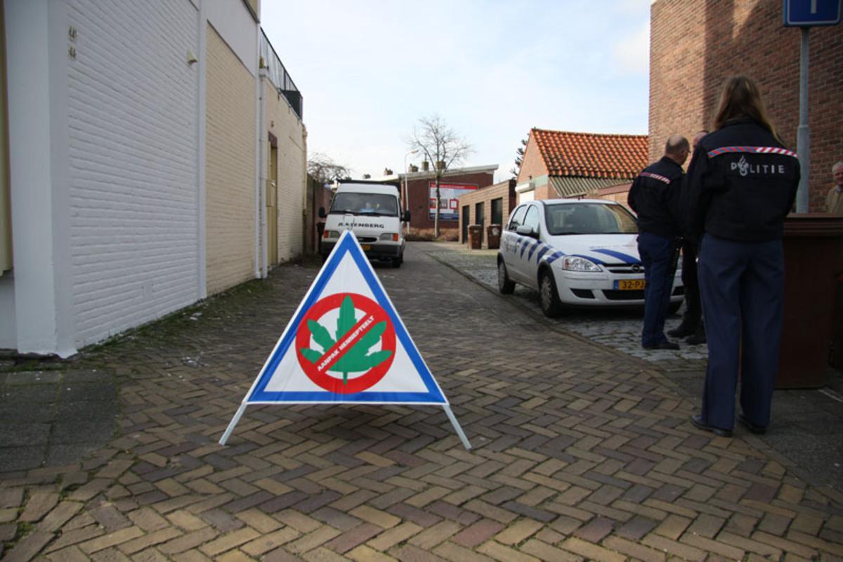 De politie viel meerdere Bredase panden binnen tijdens een Brabantse hennepruimdag. foto Erik Eggens