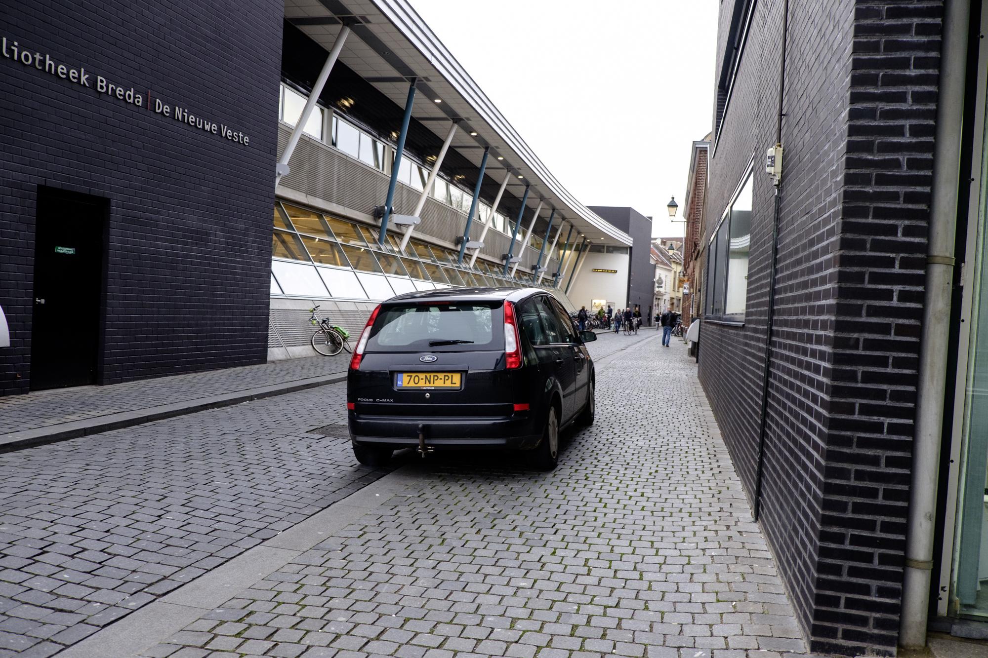 De Molenstraat met de Nieuwe Veste, smalle trottoirs en gebrek aan groen.