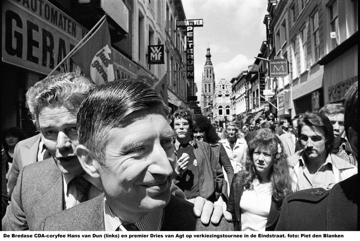 Hans van Dun en CDA-topstuk Dries van Agt in de Eindstraat, 1978.