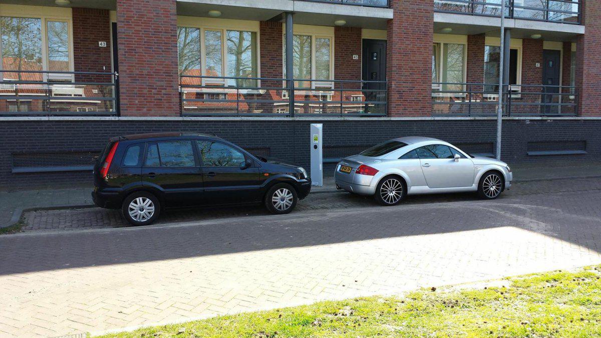 Straat Verrast Door Laadpaal Voor E Auto Verhuisde Buurtgenoot
