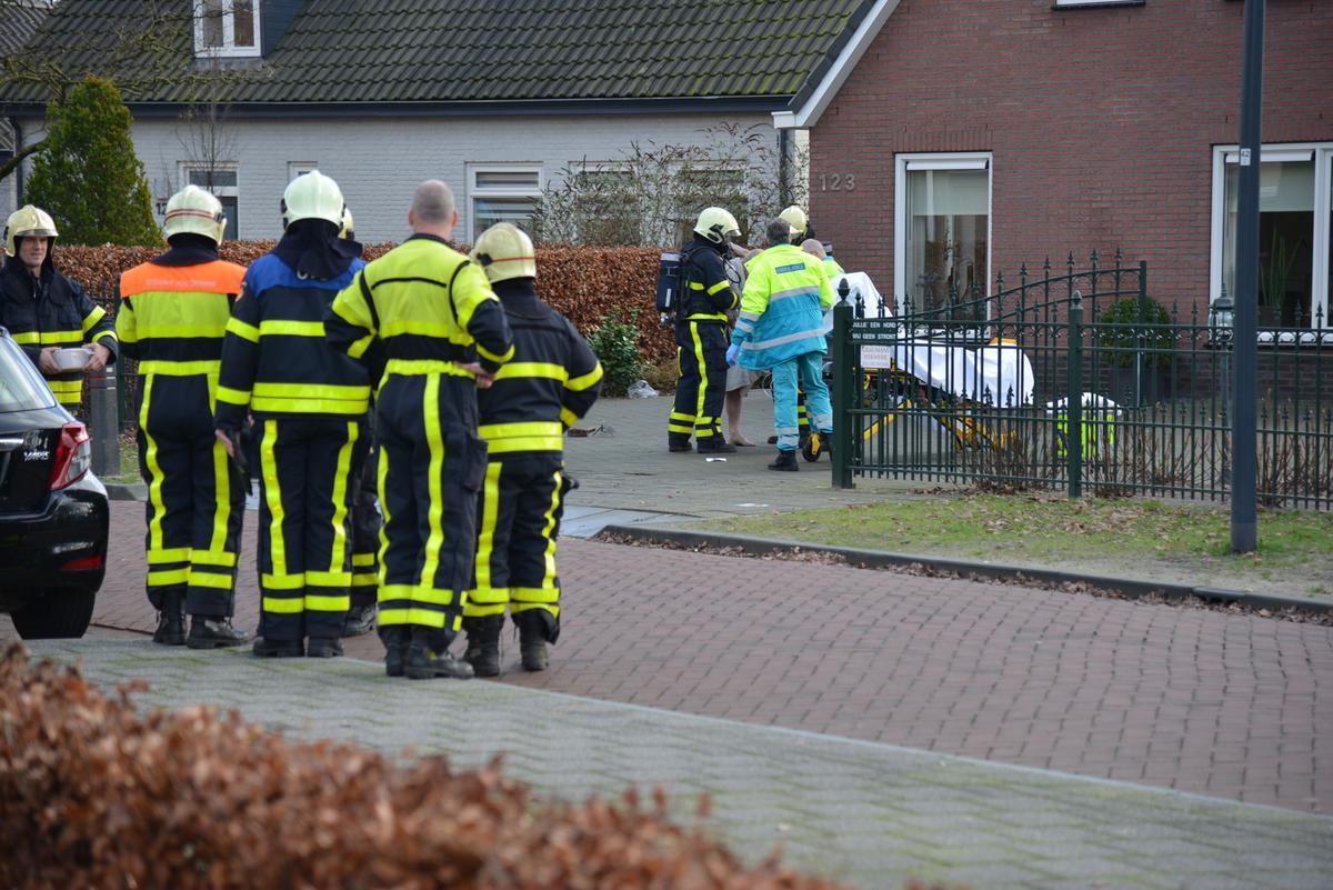 In een huis aan de Talmastraat zijn twee personen gewond geraatk door onbekende oorzaak. foto Perry Roovers / SQ Vision