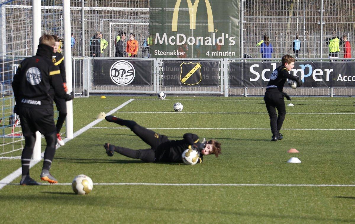 Keepers in training in de jeugdopleiding van NAC bij Boeimeer.