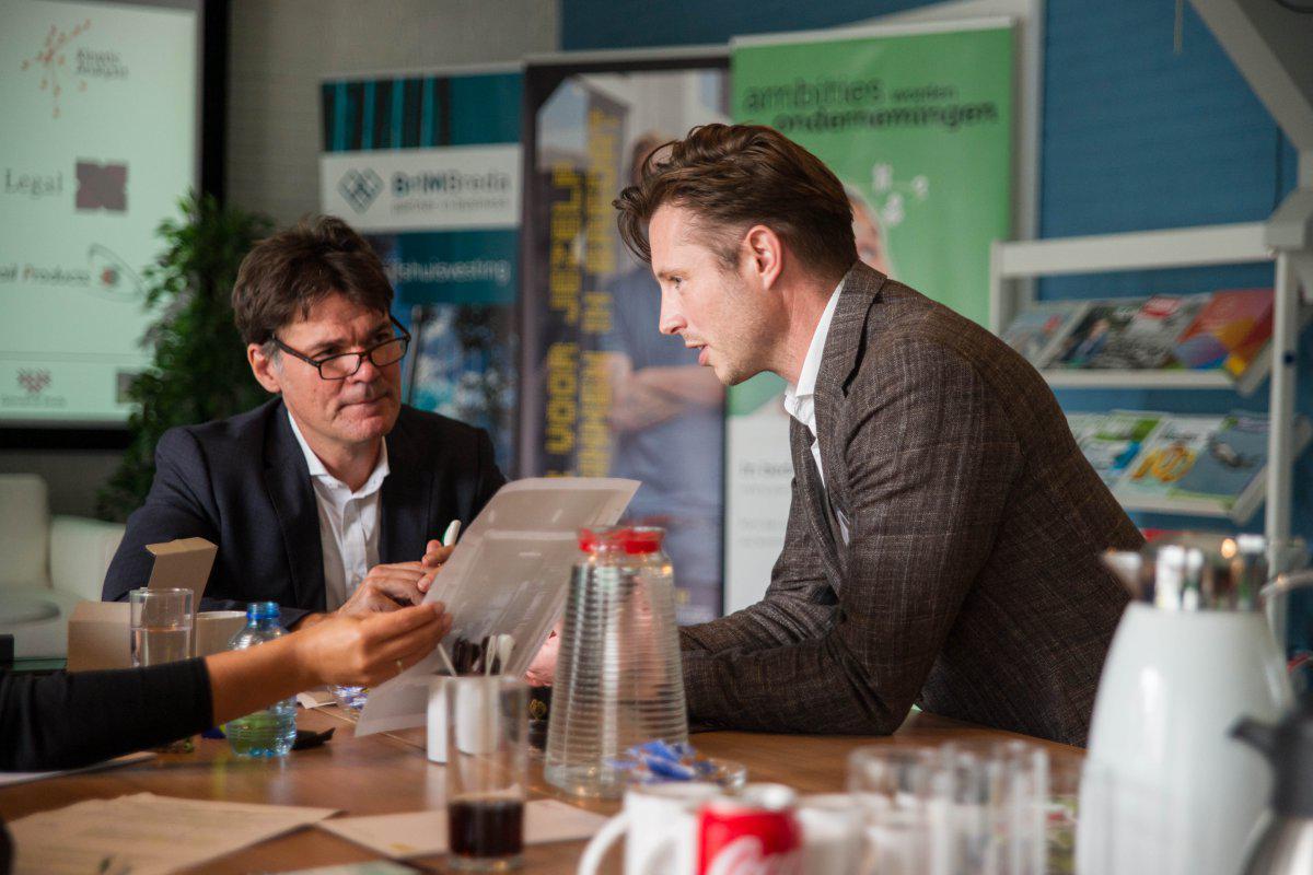 Ondernemer Jorg Raven van LIQAL in gesprek met burgemeester Depla.