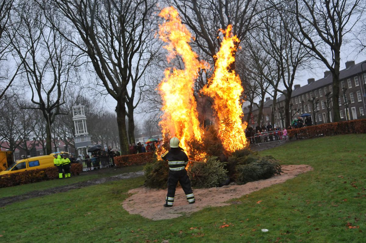 Kerstboomverbranding 2011 in de Heuvel. foto Perry Roovers