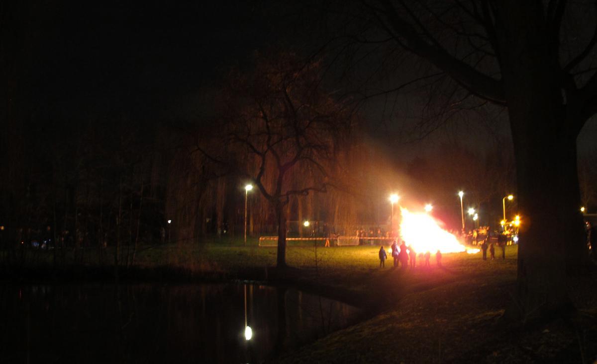 De kerstboomverbranding bij de Somerweide in de Haagse Beemden op woensdag 7 januari 2015.