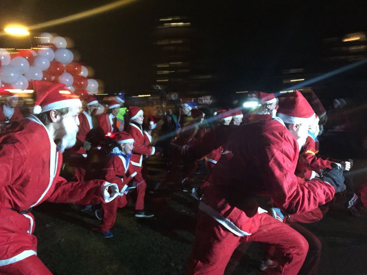 De honderden rennende kerstmannen.