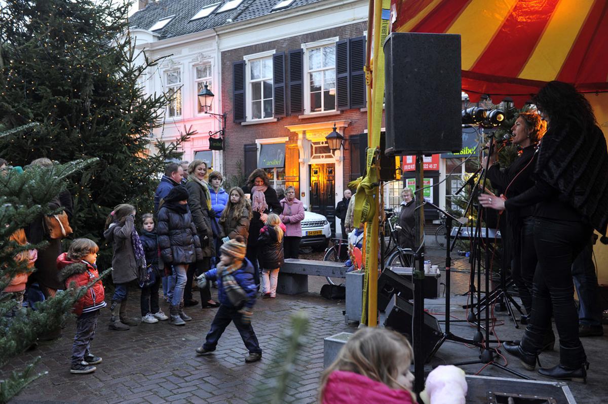 Kerst, muziek, kinderen, kraampjes en Glühwein. Veel sfeer tijdens de Kerstmarkt Ginneken 2011. foto Janet Olde Wolbers.