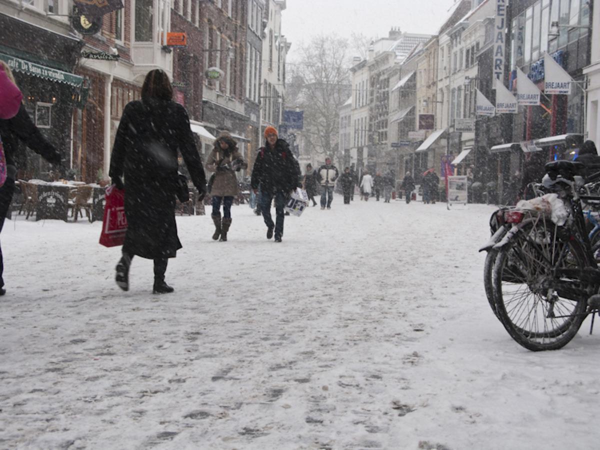 4 december, geheel in winterfsfeer wordt de Kerstboom op de Grote Markt geplaatst. foto Guido van der Kroef