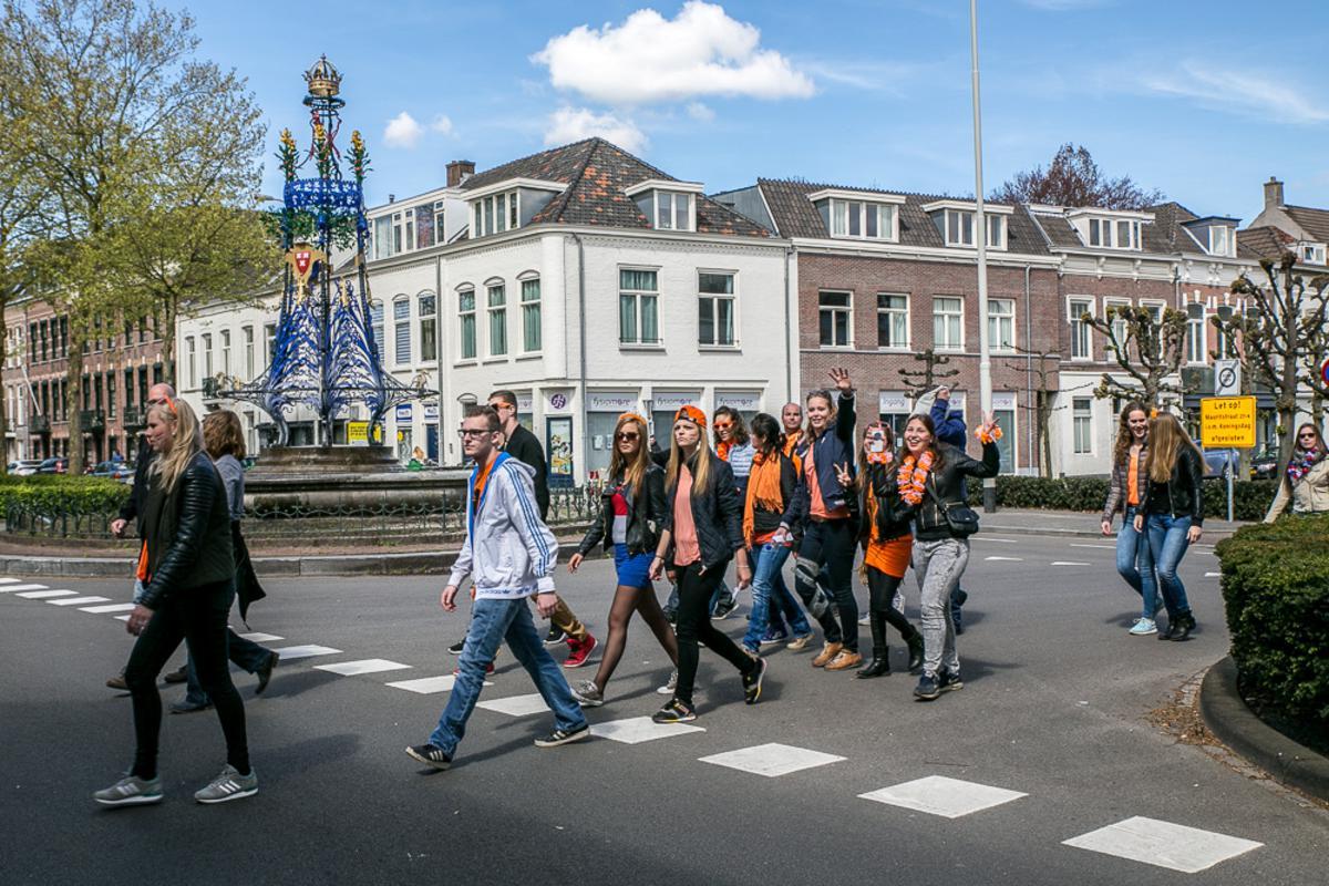 Op weg naar 538Koningsdag 2015. Een oranje stroom van station naar het Chasséveld.