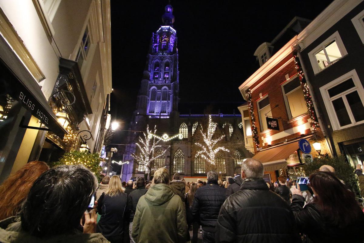 Nieuwe verlichting Grote Kerk start met lichtshow (video en foto\'s)