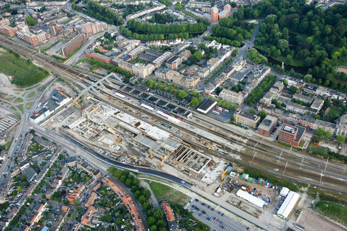 Het nieuwe station in aanbouw. foto Maj-Britta de Ruiter / Ad Ballon