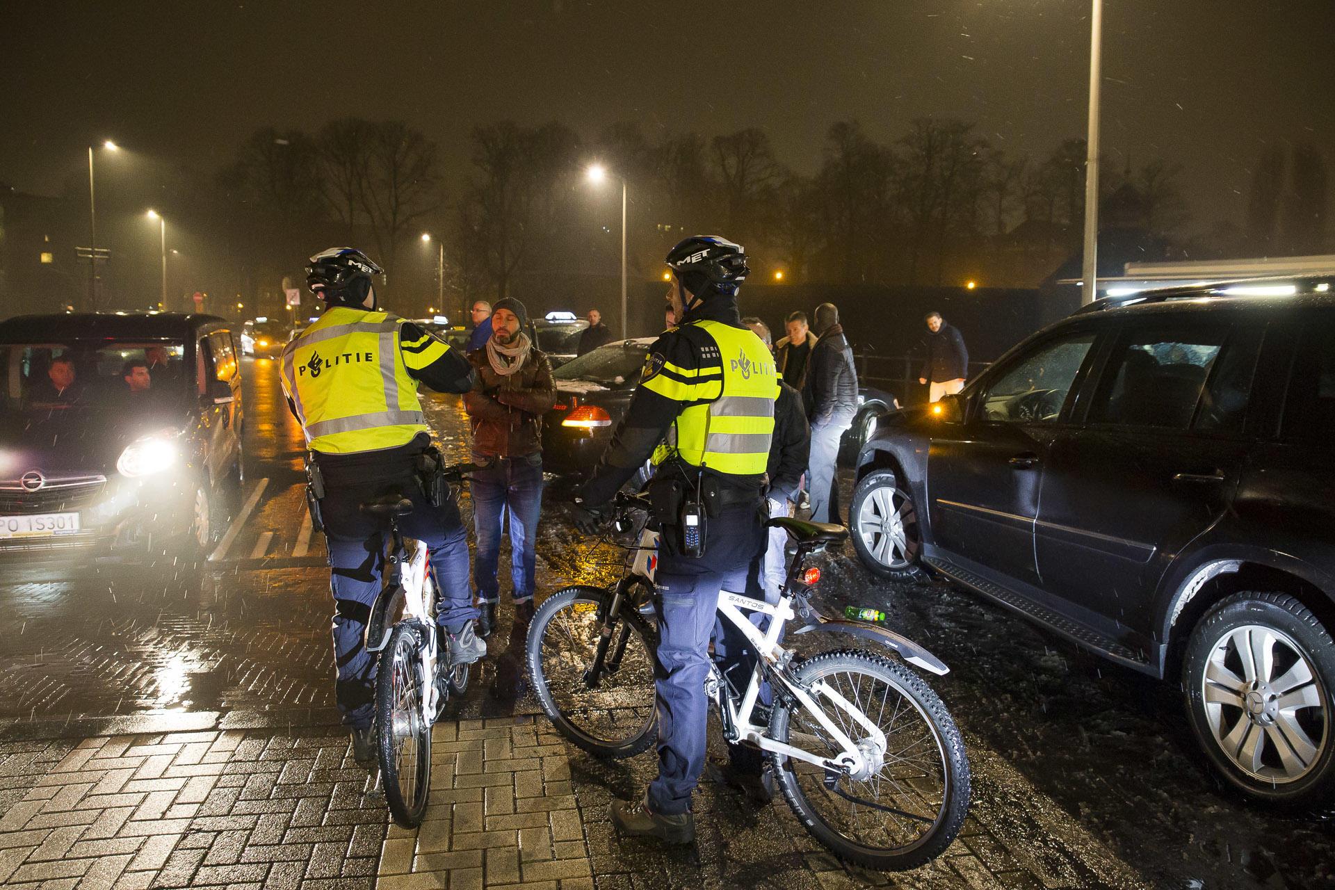 Protesterenden taxichauffeurs blokkeren de weg rond de Nieuwe Prinsenkade.