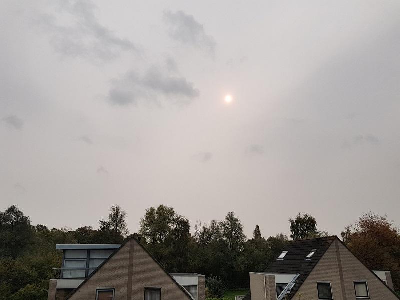 Oranje zon overdag boven Breda