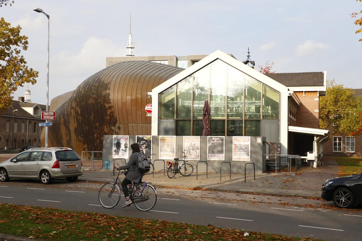 Mezz, met rechts met puntgevel het voormalige café, sinds 2015 kleine zaal.