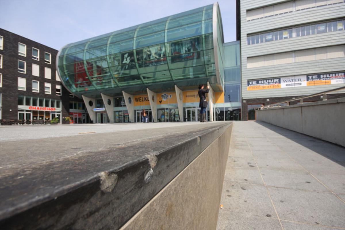 Natuursteen op het Chasséveld is beschadigd door skaters. foto Erik Eggens