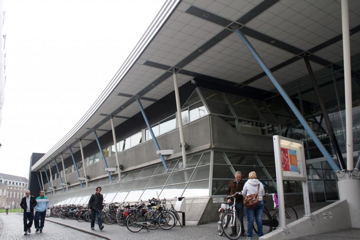 De bibliotheek en de Nieuwe Veste in de Molenstraat. foto Serge Mouthaan