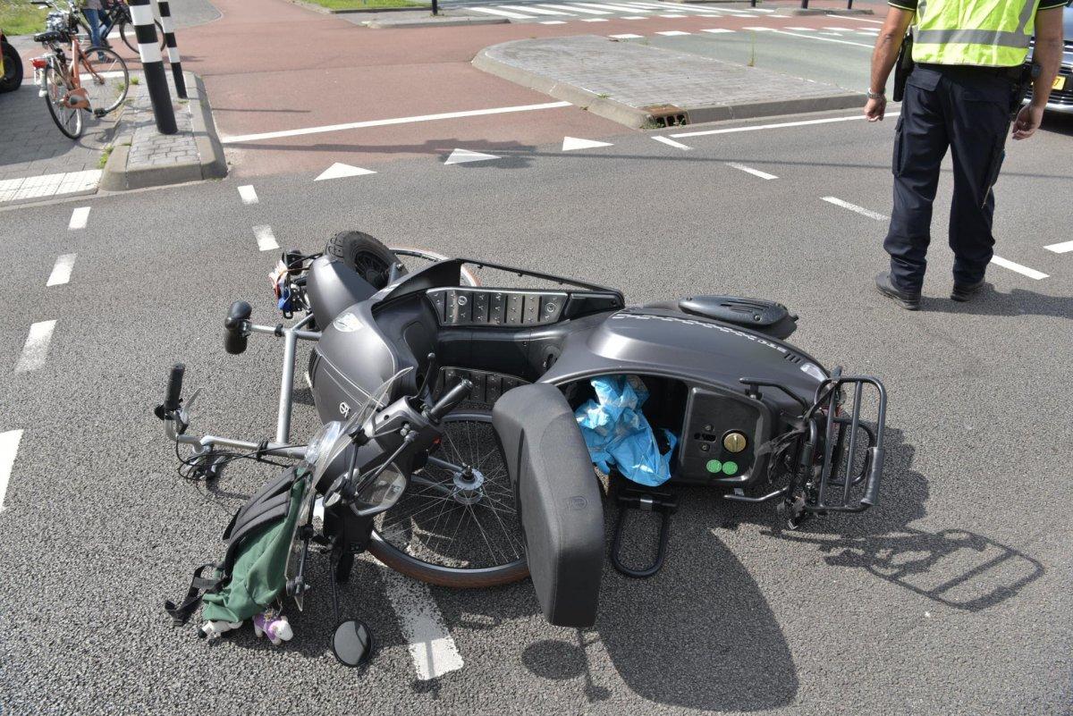 De bij het ongeval geraakte scooter en fiets.