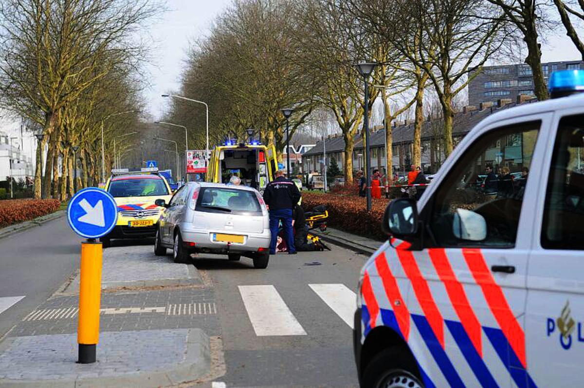 Een vrouw is vrijdagmiddag gewond geraakt op de  Zwijnsbergenstraat. foto Tom van der Put/SQ Vision