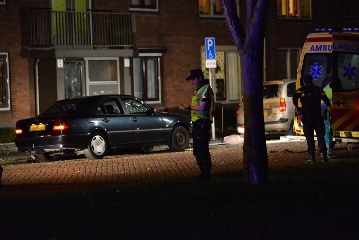 Bij een ontploffing in een auto aan het Thorbeckeplein is een persoon gewond geraakt.