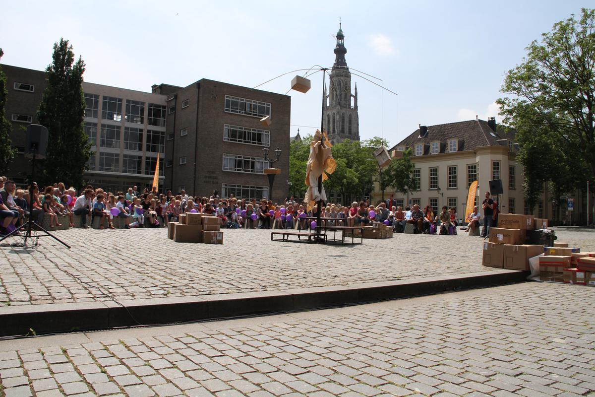 De opening van het Stiltefestival op het Kasteelplein met Compagnie Une de Plus en de voorstelling Trois.