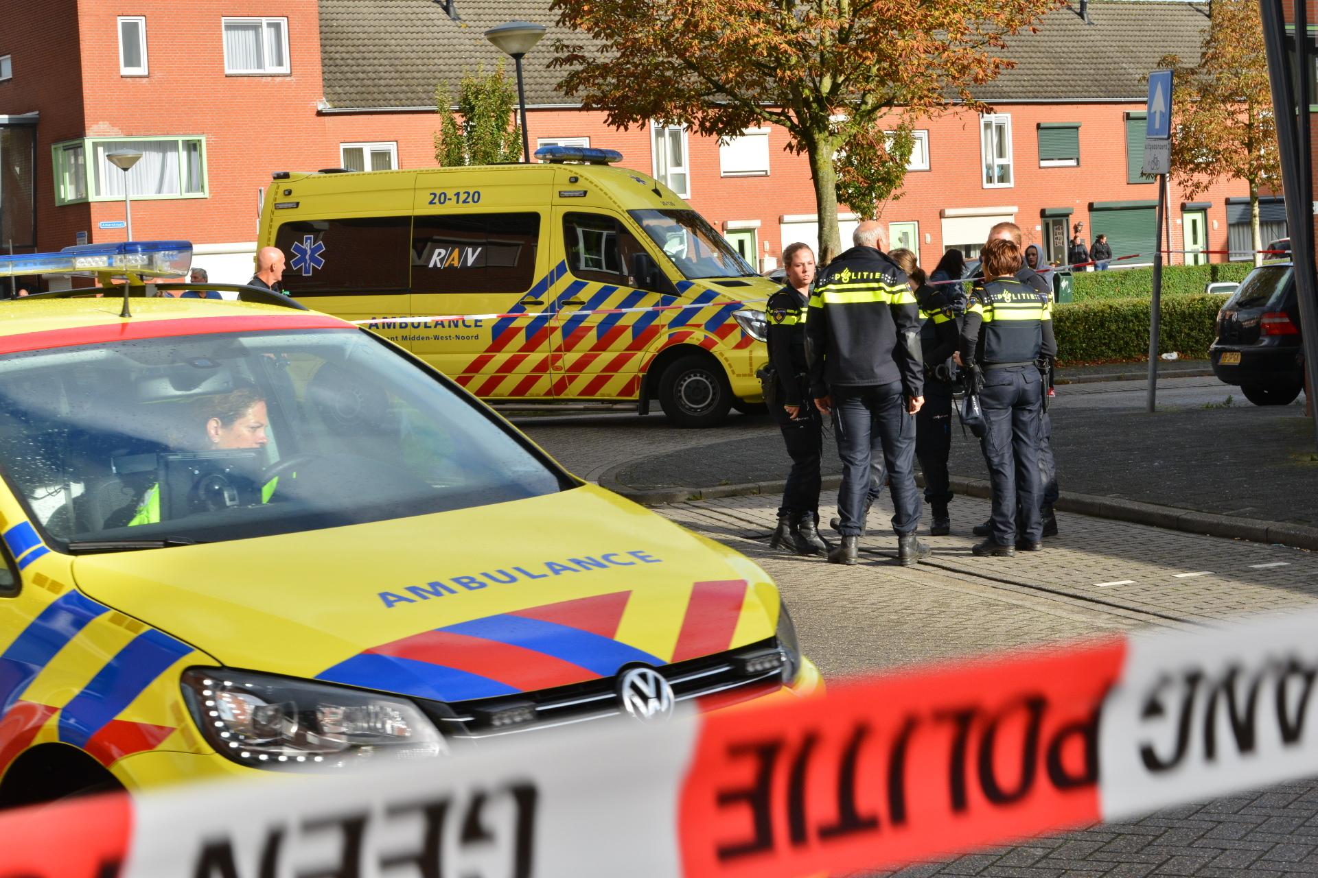 Hulpdiensten in de Merwedestraat na een steekincident op straat. Een vrouw raakte zwaargewond.