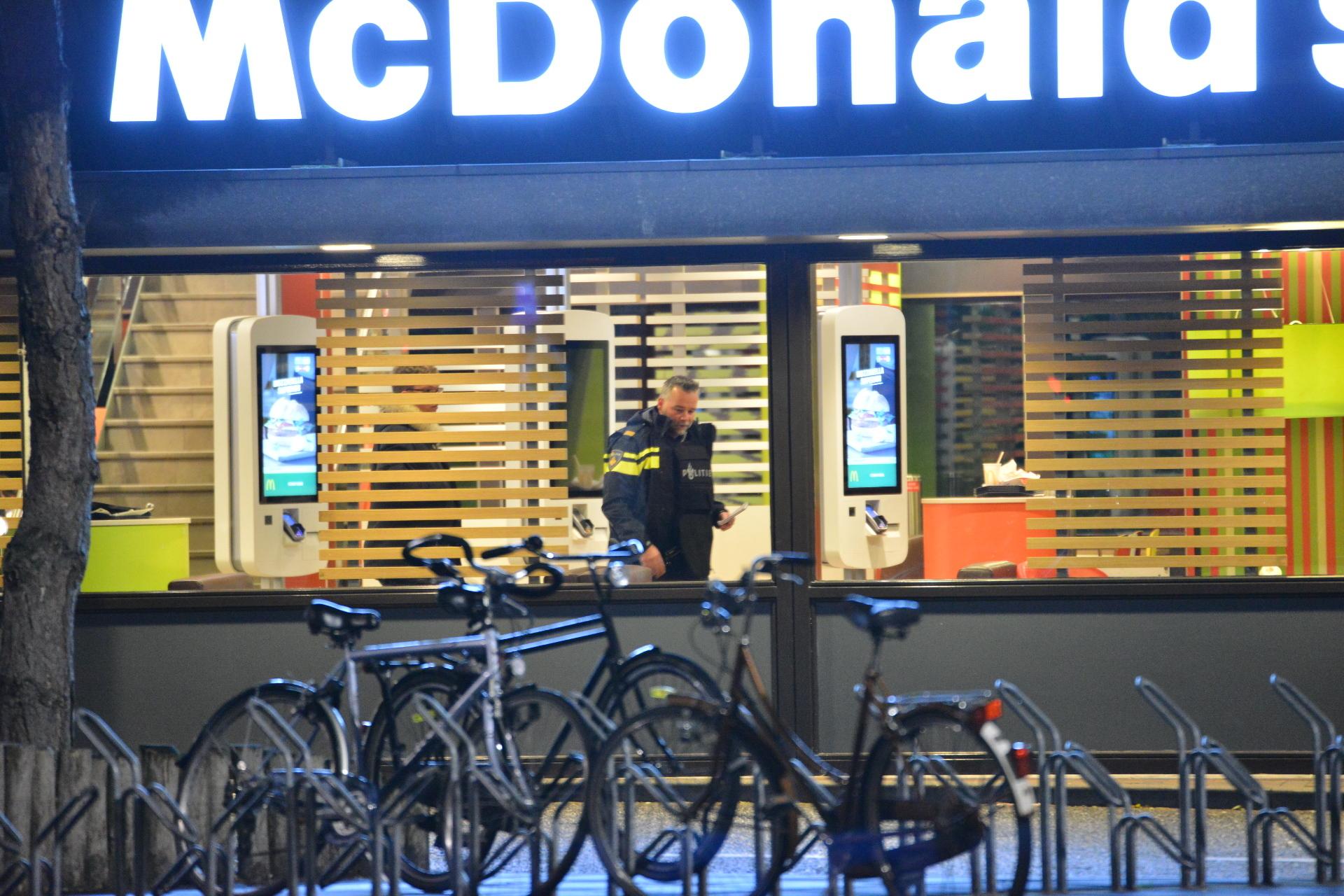 Een man met een vuurwapen heeft de McDonald's aan de Veldsteen overvallen op zondag 12 november.