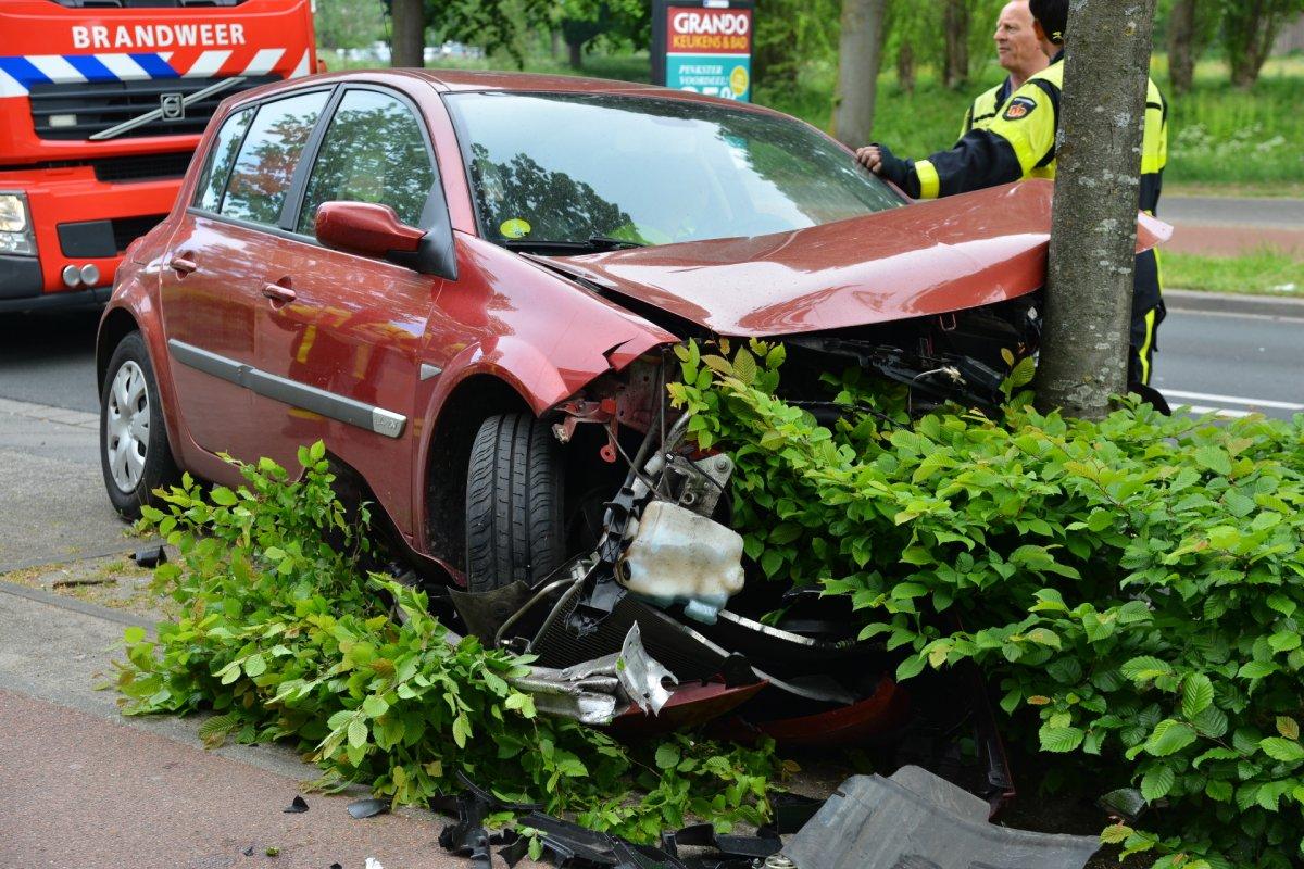 Auto total loss na botsing op Markendaalseweg