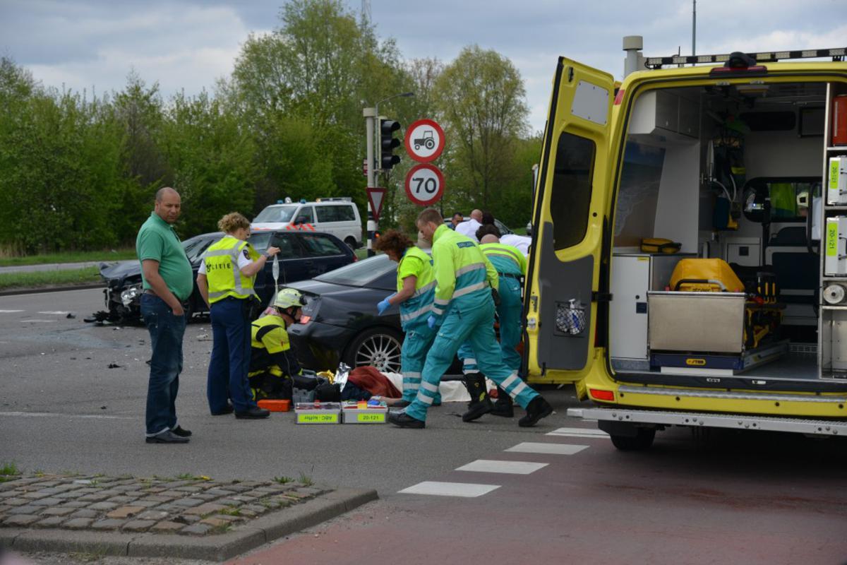 Flinke schade na een aanrijding tussen twee auto's op de kruising Spinveld - Backer en Ruebweg, zaterdag 4 mei rond 18.00 uur. foto Perry Roovers/SQ Vision