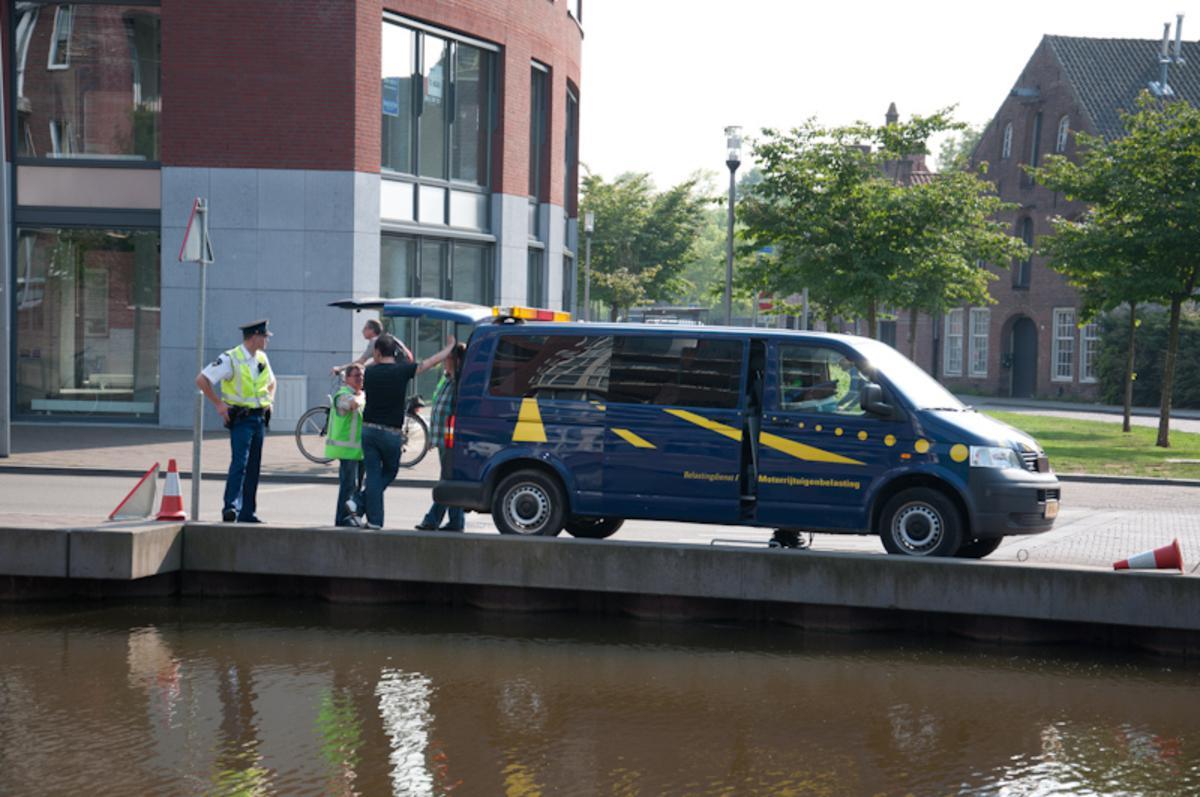 Belastingdienst en politie controleerden auto's en scooters in het centrum van Breda. foto Perry Roovers