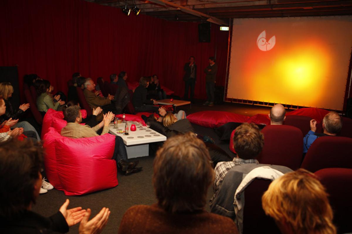 Knus naar de film tijdens de pre-opening van het Filmfestival. foto Filmfestival Breda